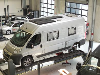 "Pro workshop appointment for product tester Thomas Wunsch and his Burow Vip 600L van at the AL-KO Customer Centre South in Kleinkötz: Like all winners of the ""Test Drivers Wanted"" crowdsourcing campaign, Thomas received the Comfort Kit fitted in his vehic"